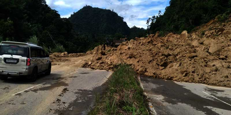 Itanagar: Massive Landslide hits NH-415 near Hollongi