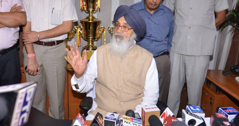 Award Wapsi Begins: SAD Leader Prakash Singh Badal Returns Padma Vibhushan Over Farm Bill
