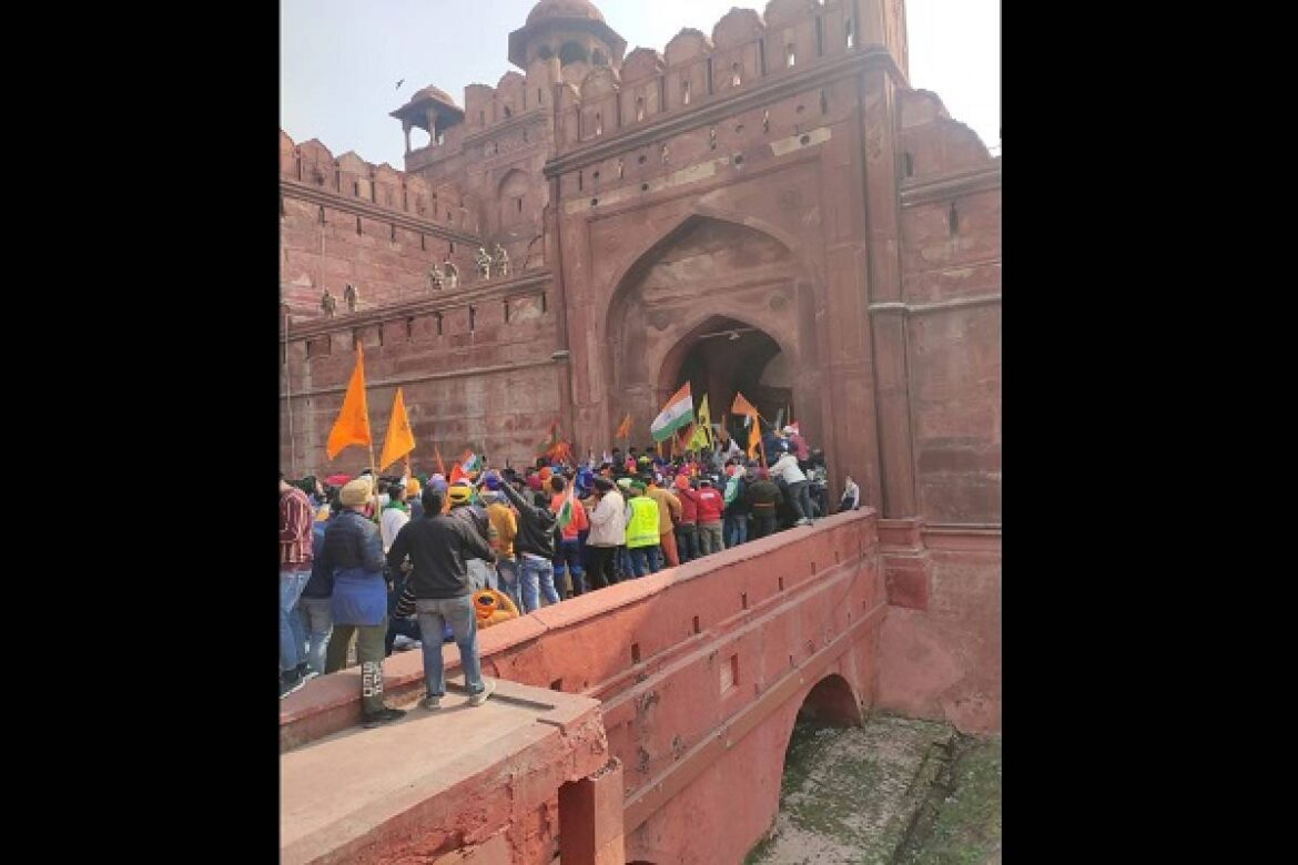Farmer Protesters Reach Red Fort. Tie Ropes To Bring Down Gate. Delhi Metro Closed
